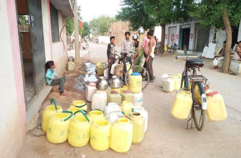 नदी किनारे बसा गांव प्यासा, बूंद-बूंद पानी को तरस रहे लोग