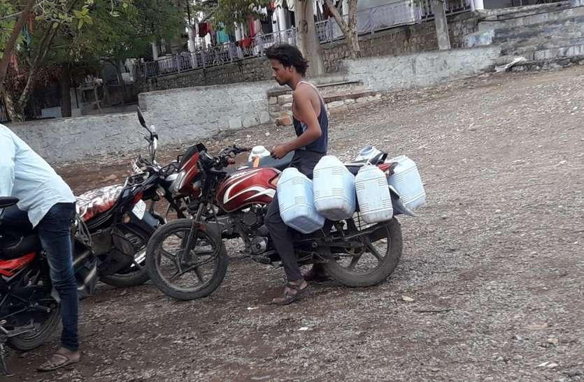 अल सुबह से देर रात तक पानी के लिए काट रहे चक्कर