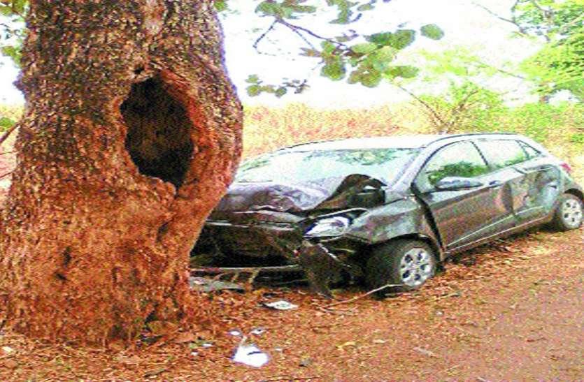 अनियंत्रित हुई कार पेड़ से टकराई, कैशियर की मौत