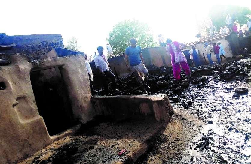 भावड़ गांव में आग ने मचाई तबाही, एक दर्जन अधिक घरों में लगी आग, एक महिला झुलसी