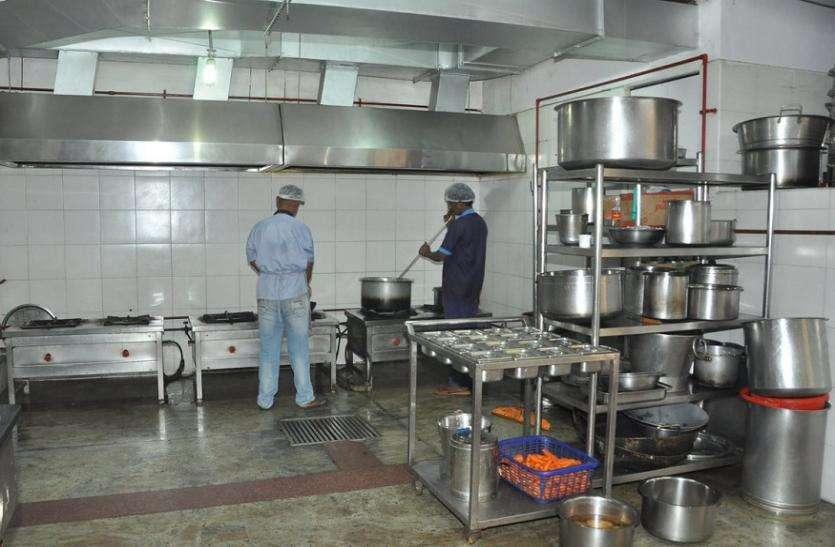पहले मोबाइल पर ऐसे देखिए रेलवे के किचन में कैसे बन रहा है खाना, उसके बाद कीजिए ऑर्डर