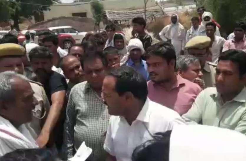 अटल सेवा केन्द्र पर जड़ा ताला, अधिकारियों को भी भगाया
