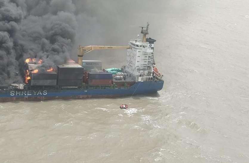 विस्फोट के बाद जहाज में लगी आग, सभी २२ क्रू सदस्यों को बचाया