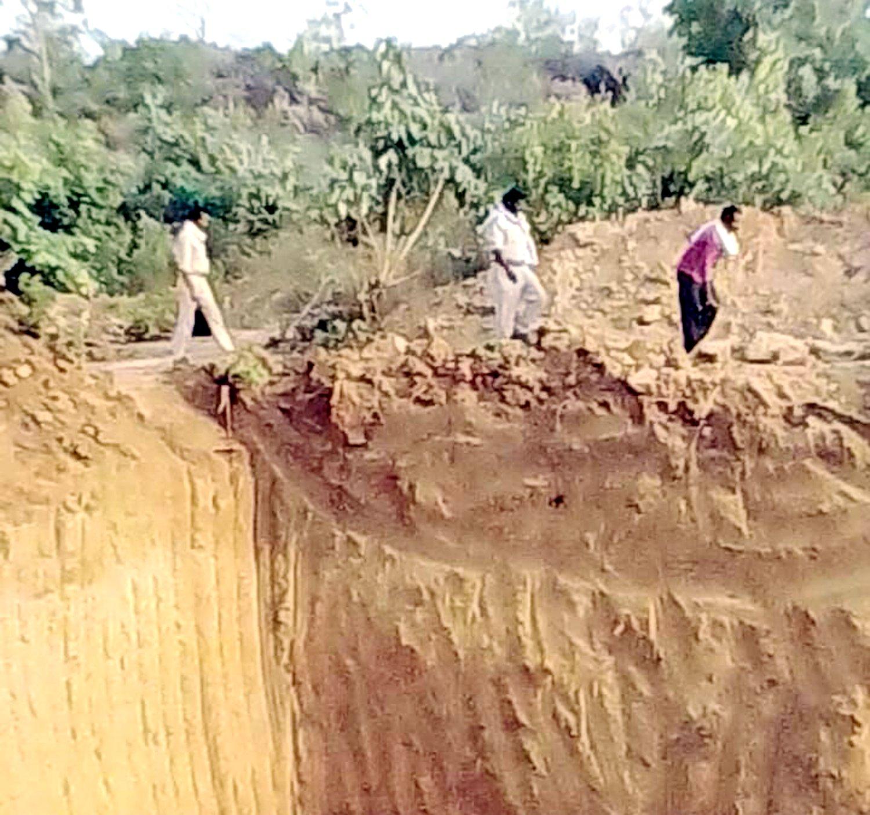 MP के इस जंगल में मिलीं हीरे की अवैध खदानें