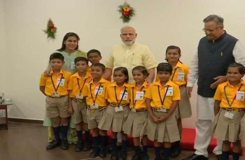 रायपुर पहुंच कर सबसे पहले बच्चों से मिले प्रधानमंत्री नरेन्द्र मोदी