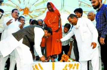 मजदूर महिलाओं को मिला संबल,गृहमंत्री ने भेंट की साड़ी व चप्पल