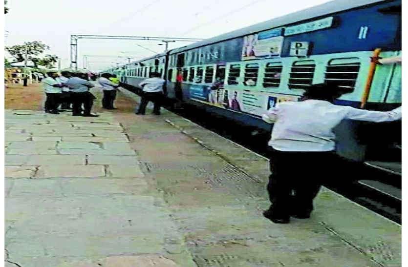 इंजन फेल, अटकी चार ट्रेन, यात्रियों का हंगामा
