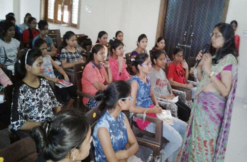 प्रशिक्षण में आत्मरक्षा के गुर बता महिलाओं व बालिकाओं के लिए रोजगार के अवसरों के बारे में दी जानकारी