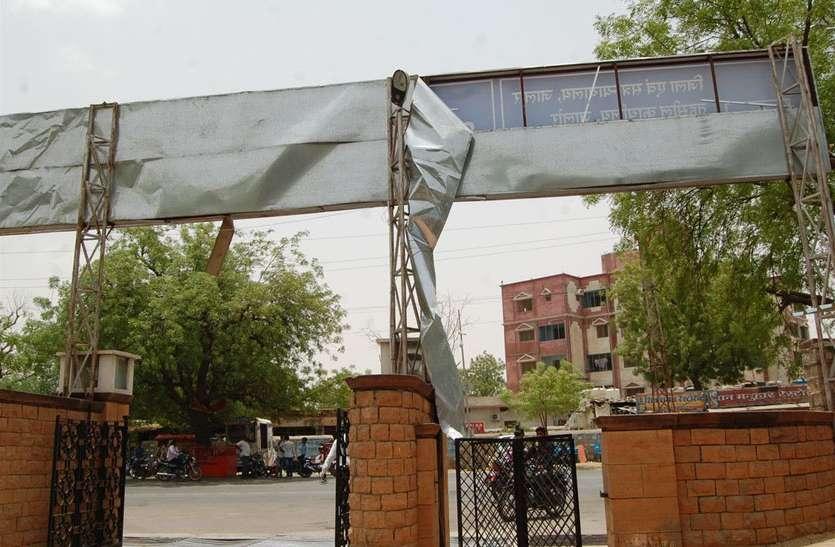 तेज हवा का दौर जारी, शहर में कहीं उखड़े संकेतक तो कहीं झुके टीनशेड व ट्री-गार्ड