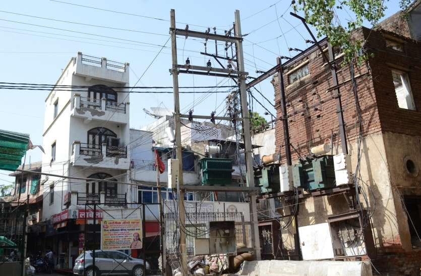 बहुमंजिला इमारत के मालिकों को फायदा दे रही बिजली कंपनी