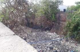 चौमूं की नहर बनी कचरागाह, खतरे में अस्तित्व