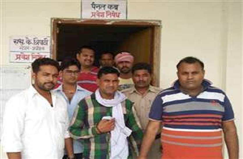 भारतीय रेलवे में यात्रियों को नहीं मिल पा रहा आरक्षण, स्टेशनों पर हो रही दलाली