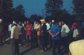 सीएमडी से मिलने से रोका तो ग्रामीणों ने खदान परिसर को घेरा
