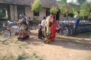 हरियाणा से पहुंचे कुशल श्रमिकों द्वारा एसेंबल किया जा रहा साइकिल, कामकाजी महिलाओं को मिल रही सौगात