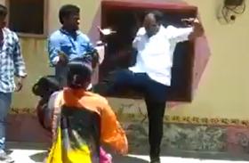 तेलंगाना में सत्ताधारी दल के नेता ने महिला को मारी लात,वीडियो वायरल होने के बाद हुआ गिरफ्तार
