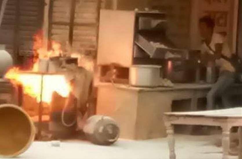 सिलेंडर में आग, 2 को सुरक्षित बाहर निकाला, बड़ा हादसा टला