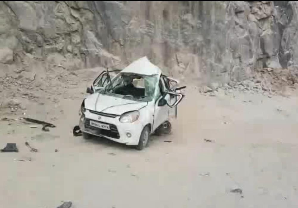 OMG: मोर को बचाने के प्रयास में कंट्रोल से बाहर हुई कार ट्रक से टकराई, 6 यात्री घायल