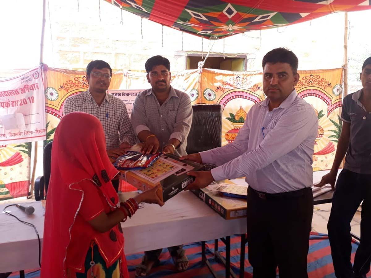 जैसलमेर के इस गांव में  पहले सुनी समस्याएं, फिर इसका किया समाधान
