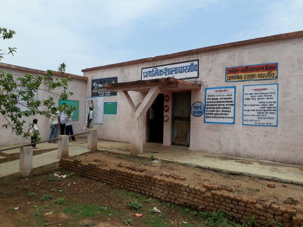 ब्लास्टिंग से स्कूलों, घरों में आई दरारों की जांच करने पहुंचे अधिकारी
