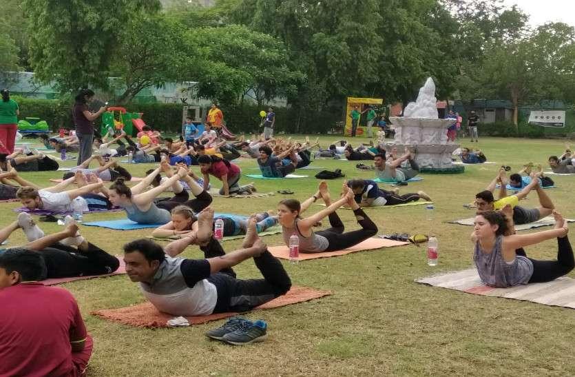 लोगों ने  बच्चों के साथ योगा शिविर में लिया हिस्सा