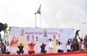 महाराष्ट्र:योग दिवस के मौके पर उपराष्ट्रपति और सीएम ने एक साथ किया योग अभ्यास