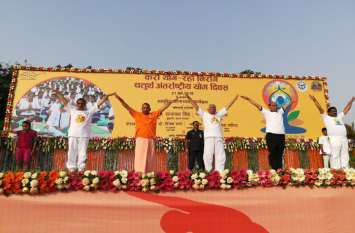 राज्यपाल राम नाईक के साथ योगी और राजनाथ सिंह ने किया योगा, कहा- करो योग..रहो निरोग
