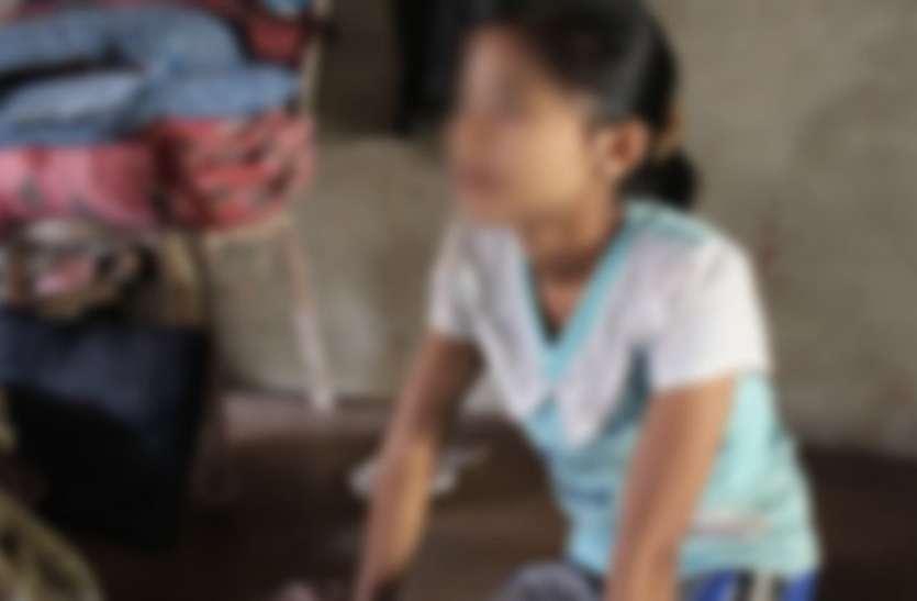 8 साल की बच्ची के साथ बुजुर्ग दादा कर रहा था गंदा काम, पंचायत ने दी ऐसी खौफनाक सजा