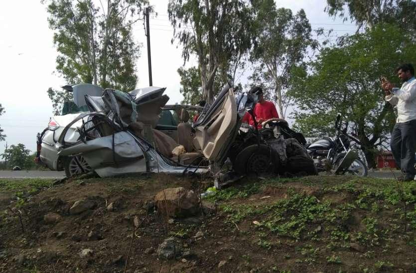 तीन घंटे की मशक्कत के बाद कार काटकर निकाले चार शव