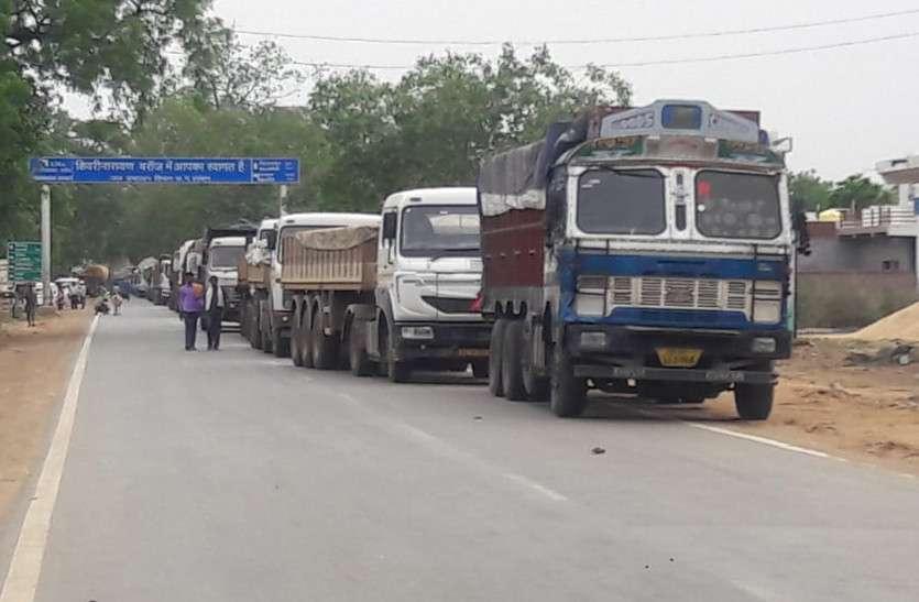 दो ट्रकों में भिड़ंत ऐसी कि दोनों ट्रकों के सामने के उड़ गए परखच्चे, दुर्घटना में घायल ट्रक चालकों की हालत गंभीर