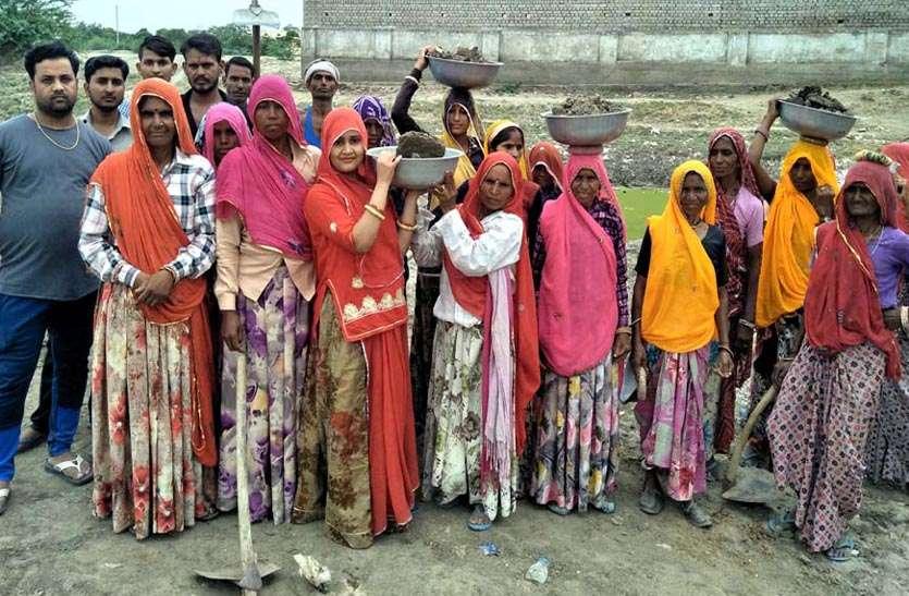 #AmritamJalam : लोगों में आ रही जागरूकता, अमृत सहजने के लिए गैरोली सरोवर में श्रमदान को उमड़े भागीरथ