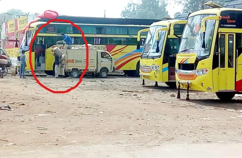 आरटीओ और पुलिस की अनदेखी से यात्रियों को खतरा तो शासन को लाखों का नुकसान