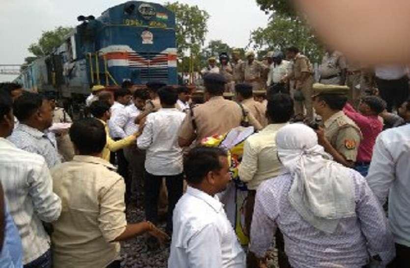 निजी स्कूलों को बंद कराने के विरोध में ट्रेन रोक किया प्रदर्शन: 10 मिनट तक रुकी रही हमसफर