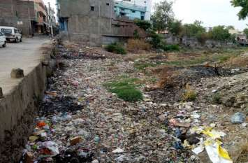 नगर में जगह-जगह लगे कचरे के ढेर