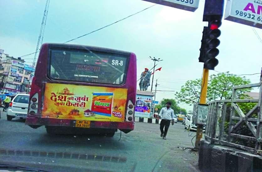 'कानून' को सडक़ पर रौंद शहर में फर्राटा भर रहीं लो-फ्लोर बस