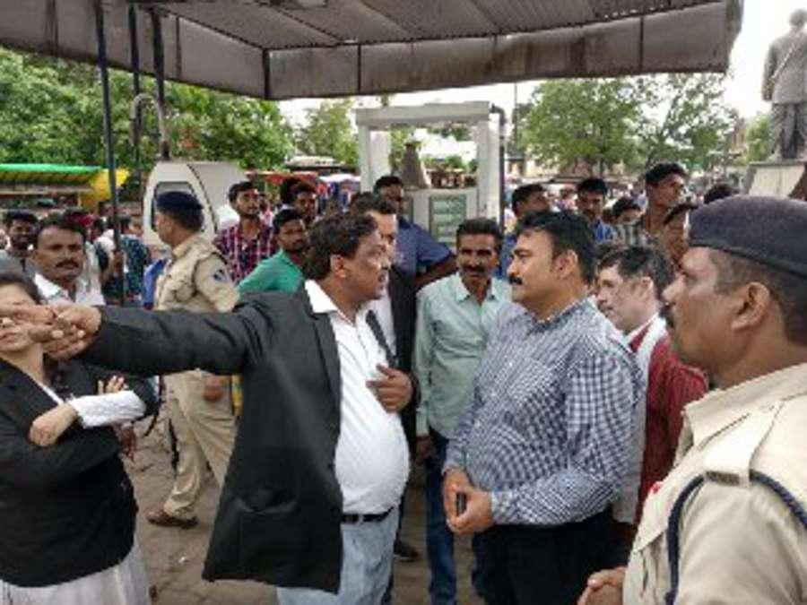 Court on the road in hoshangabad