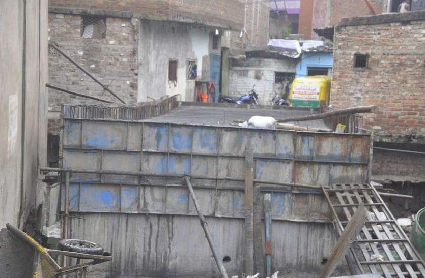 काम पूरा होने से पहले ही झुक गई बजरंग नगर की पुलिया