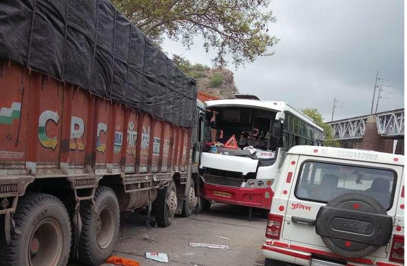 OMG: सवारियों से भरी बस को ट्रक ने मारी टक्कर, मची चीख-पुकार, 5 यात्रियों की हालत नाजुक