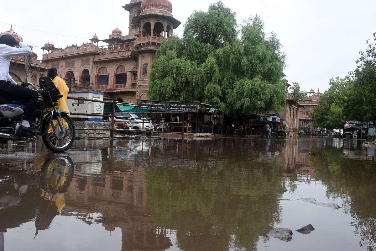 सफाई व्यवस्था में कोताही बरतने का अंजाम ये कि इस शहर में मामूली बारिश से ही भर गए रास्ते, कीचड़ में धंस रहे राहगीर