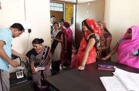 योगी सरकार में स्वास्थ्य सेवाएं बेहाल, स्टाफ करते हैं मनमानी, गर्भवती महिलाओं को होती है परेशानी