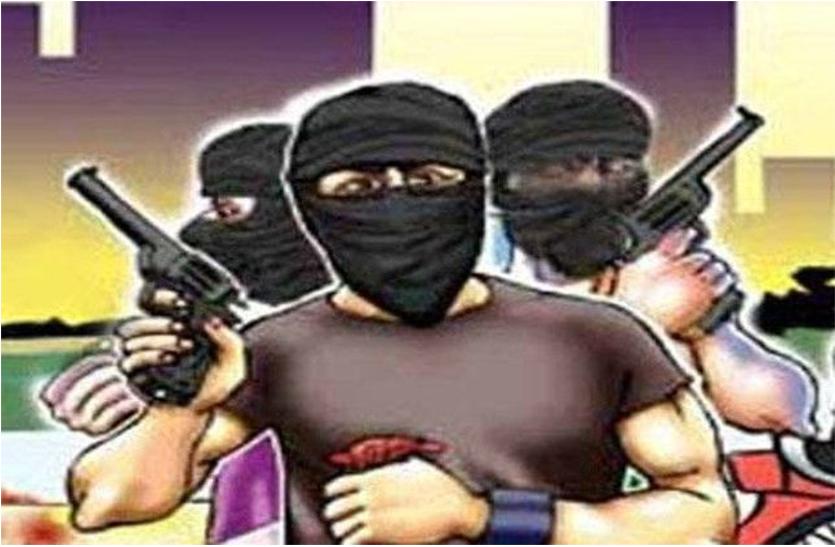 दिनदहाड़े पेट्रोल पंप कर्मचारी से रुपयों भरा बैग लूटने की कोशिश, गोली मारी