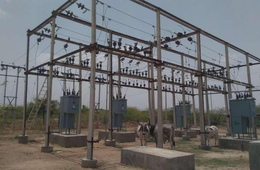 बिना चारदीवारी का बिजली घर, घूमते हैं पशु
