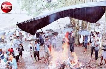 राजस्थान में यहां बरसात के दौरान इस तरह किया शव का अंतिम संस्कार, देखकर आप भी रह जाएंगे हैरान