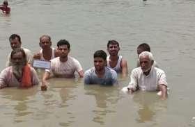 ग्रामीणों ने शुरू किया जल सत्याग्रह, हरदोई-फर्रूखाबाद राम गंगा के बीच पुल न बनने से हैं नाराज