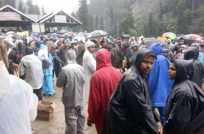 भोले के रास्तों को बारिश ने रोका, होटल और  गाड़ी वाले वसूल रहे मनमानी राशि