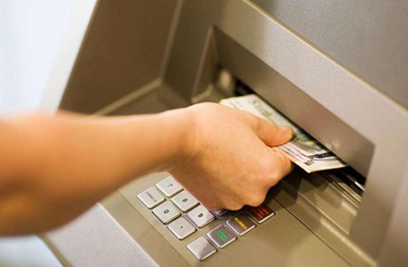 ATM यूज करना हो सकता है महंगा, बैंकों ने आरबीआर्इ के सामने रखी डिमांड
