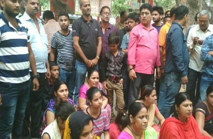 थाने में रामजी मिश्रा हत्या मामले में नया मोड़, इंस्पेक्टर पर केस दर्ज होने के बाद धरने पर बैठे परिजन