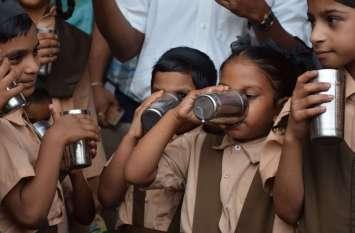 नन्हों ने गटका सेहत का गिलास, उदयपुर में शुरू हुई अन्नपूर्णा योजना, देखें तस्वीरें