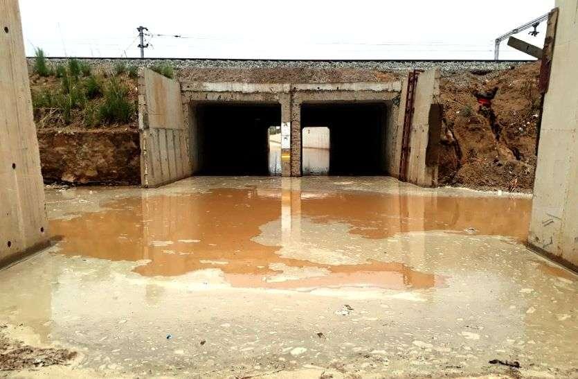 बारिश से जलभराव इतना हुआ कि अंडरपास नाले जैसा दिखने लगा, वहां से स्कूली बच्चों को लिए जा रहा टेम्पो अंदर ही हो गया बंद