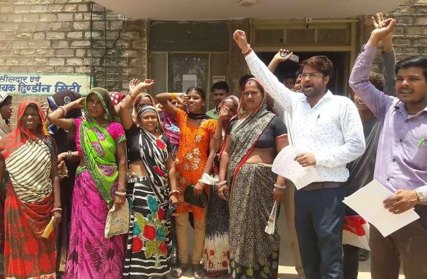 धूप में खड़ी रही महिलाएं, एक घंटे बाद चैम्बर से निकले एसडीओ