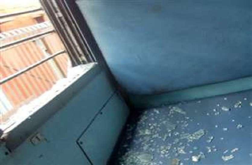 सुहेलदेव एक्सप्रेस पर पथराव, जंघई स्टेशन के पास अराजकत तत्वों ने चलाए पत्थर